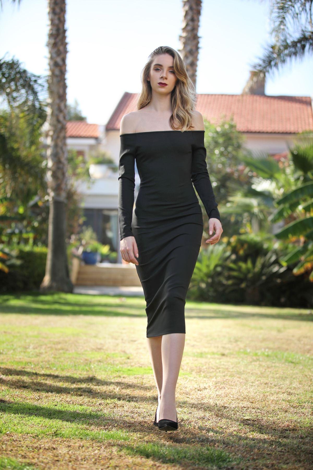 Omuzları Düşük Siyah Elbise